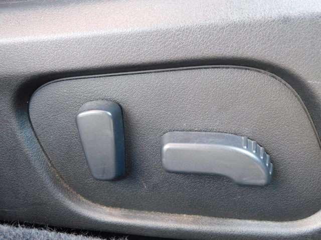 運転席のシートは、パワーシートになっているので、誰が座っても、微調整が出来、フィット感でき楽ですよね~^^。また、座面の調整も出来ますので助かります。一度、座っていただき実感してみてください^^。