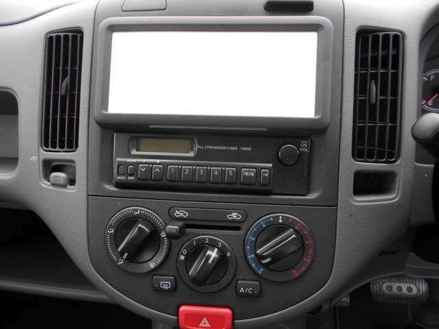 ラジオ、エアコン、上部の白いところはホワイトボードです