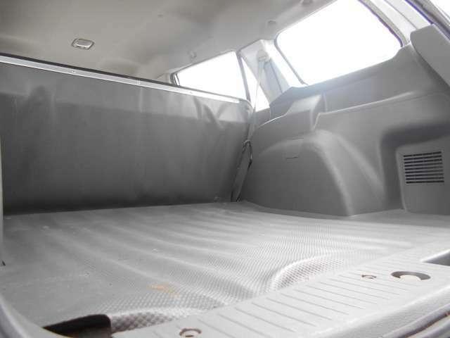 リヤシートを畳むとフラットな荷台が