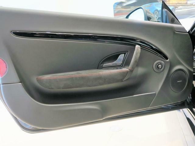 ドアトリムにも贅沢にあしらわれたレザーが、より一層上質な車内を演出します.