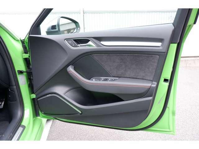 RSデザインパッケージ装着にセンタコンソール側面がレッドステッチ入りアルカンターラ、ドア側アームレストがレッドステッチ入り合皮、シートベルトカラーがブラック/レッドとなります。