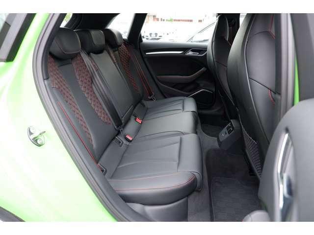 後部座席は高品質な素材が包み込みます。