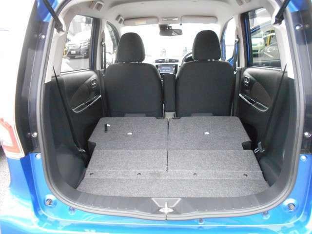 リヤシートを倒せば大きな荷物も入れられ便利です。