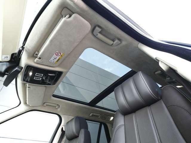 明るく開放的な空間を演出するスライディングパノラミックルーフ(サンブラインド付電動開閉)車内を広々とした空間を演出いたします。