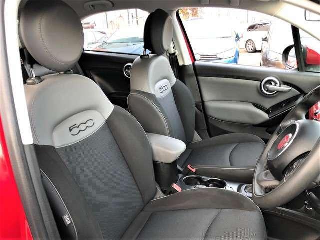 しっかりとドライバーを支えるフロントシート。適度なクッション性とサポート性で快適なドライブを演出します。