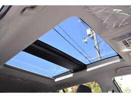 ■メーカーオプションのパノラマムーンルーフが装備されておりますので、車内に心地いい開放感を与えてくれます。