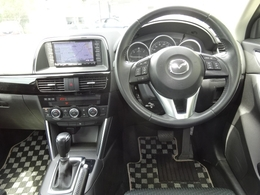 チルト&テレスコピックステアリングを装備。ステアリングの位置を上下幅約40mm前後幅約50mmにわたって調整が可能です。運転者の最適なドライビングポジションを確保できます。