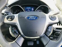 手になじむ本革巻きステアリング!オートスピードコントロールやオーディオスイッチが配置され運転中でもステアリングから手を離すことなく操作できます!