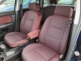 赤系のシートは柔らかめで長時間座っていても疲れにくい作りとなっております♪中央のアームレストも疲れない姿勢を取るのにありがたい装備です♪
