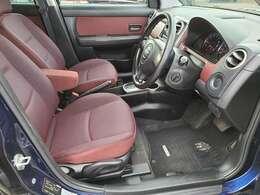 綺麗で清潔感のある車内となっております♪座席は大きく前後にスライドすることが出来るので自分に合ったポジションで運転することが可能です♪シートリフターも付いておりますので座席の高さも調整可能です♪