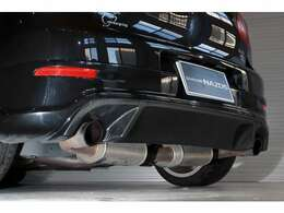 『VOOMERAN Studie-Look リアアンダースポイラー』に合わせ『NEUSPEED ゴルフ6用 Cat-Back Exhaust System』を流用し本来片側出しのマフラーから左右出しのマフラーに