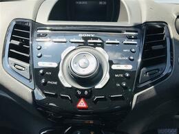 英語での音声操作やスマートホン、携帯音楽プレーヤーを介してブルートゥース、USBの音源を楽しめます。