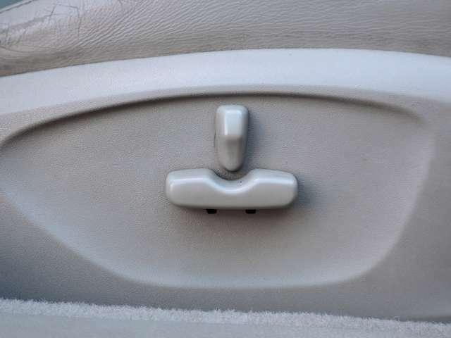 【パワーシート(電動シート)】ボタン一つで細かなシートポジションの設定ができます。電動なので操作もらくちんです。