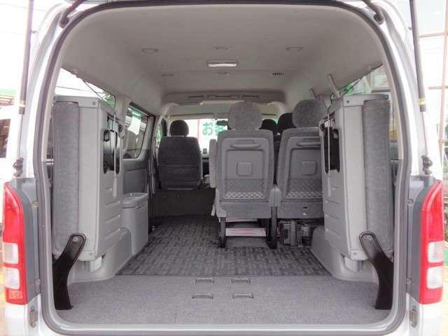 最後尾の座席は左右跳ね上げ格納式!格納するとかなりの量の荷物が積み込めます!お仕事でもプライベートでも大活躍ですね!内装・外装共に程度良好な車両です!