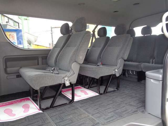 4列シート10人乗りの広い車内!ワイドボディーならではの広々空間で快適に移動が可能!大勢でのお出かけや乗合でのお仕事に大活躍!室内大きなダメージは感じられずに程度良好!後席モニター取付も承ります!