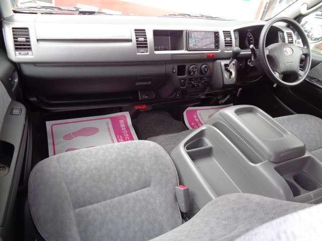 ワイドボディーならではのゆとりの空間!禁煙車ですので嫌な臭いもございません!GLはシートも基本装備も良く長距離の運転でも疲れませんよ!黒革調シートカバーなど各種インテリアカスタムも承ります!
