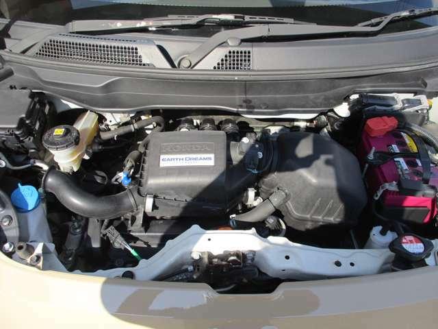 エンジン廻りは、弊社サービス工場にて点検済みです。各部オイル漏れなどの不具合はありません。エンジン廻りもきれいです。40100km、これからでございます。エンジンは調子もよく、オイル漏れ等もありません