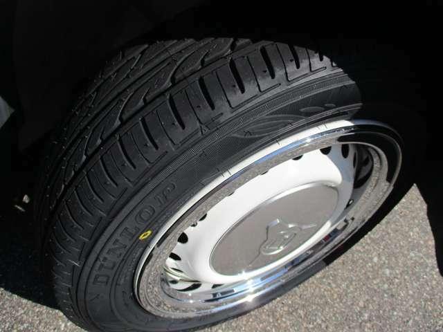 155/65R14のタイヤ装着です。タイヤは新品です。しばらくは安心ですよね♪ホワイトのベースにセンターキャップ装着でさらにスタイリッシュです!やっぱり基本は足下から...ですよっ!