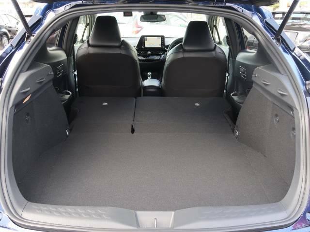 後席を格納すると、これだけの広さが!シーンに合わせたシートアレンジで、大きな荷物も積むことが出来ます♪