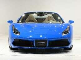 外装色はブルー・ギブリカップ(ソリッド・ブルー)に内装はTortora(薄ベージュ)の組み合わせでございます。鮮やかなブルーのボディに上品な内装の組み合わせでございます。