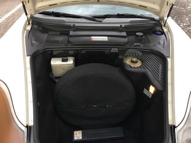 ミッドシップエンジンなのでフロントにもトランクが有ります。
