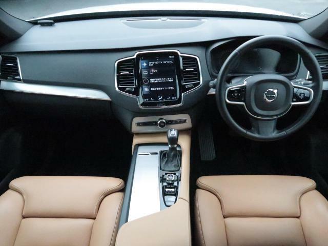 最新の安全装備を搭載した、人気のXC90が入庫いたしました。クリスタルホワイトパールの外装とアンバーの本革がマッチしたサンルーフ付きの貴重な一台です!!人気グレードであるT5AWDモメンタムです!