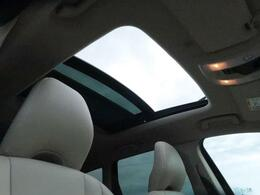 ●パノラマガラスルーフ『後席頭上まで広がる解放感たっぷりのガラスルーフ!ドライブの楽しさを倍増させる装備です、是非ご来場のうえ体感して下さい♪』