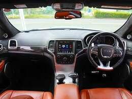 クロームパーツとカーボン素材を組み合わせたスポーティな内装となっております。その一方、シートはキャメルカラーのダコタレザーを採用。格調高く品格も感じるインテリアとなっております。