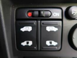 ●両側電動スライドドア 『駐車場で隣の車が近い時、狭くて乗りにくい時ありますね、でもスライドドアなら開けた時に幅を取らず、とっても乗り降りが簡単です。大きな荷物の出し入れも後席から可能♪助かりますね☆
