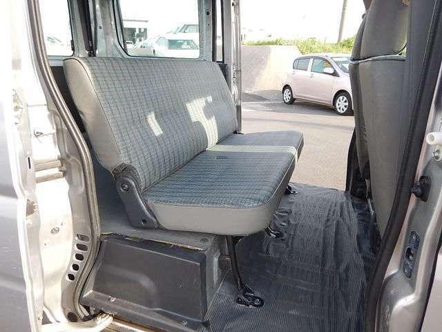 【後部座席側】後部座席を使用しない時は足元部分に格納できます♪