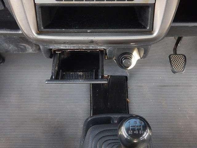 【運転席・助手席間】フロアタイプの5速MTです♪インパネセンター下部には灰皿とシガーライターが付いています。