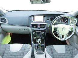 白地にチェック柄のファブリックシートが目を引く明るい内装が自慢です!前席にはシートヒーターを装備しています。バックカメラや追従機能など、安全機能を装備しております。是非ご覧にお越しくださ
