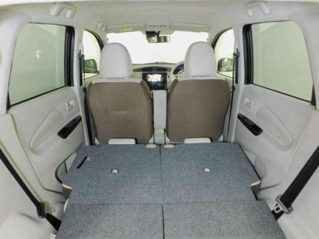 後部座席を倒すと、大きいお荷物も収納できます。