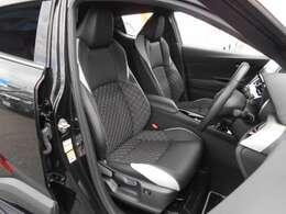 上級ファブリックと本革(ブラック&クールグレー)を採用した専用表皮に専用ステッチの入ったカッコいいシートです。前期型Gグレード前席は、シートヒーターと電動ランバーサポートを内蔵した快適な座り心地です。