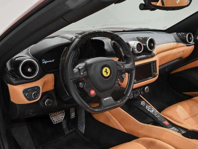 内装はベージュとなっております。カーボンパーツも多数装備しておりフェラーリのスポーツ性とマッチしております。