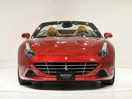 外装RossoCalifornia(レッド)で深みのあるお色です。内装はBeige(ベージュ)を選択しております。ぜひ実車をご覧くださいませ。