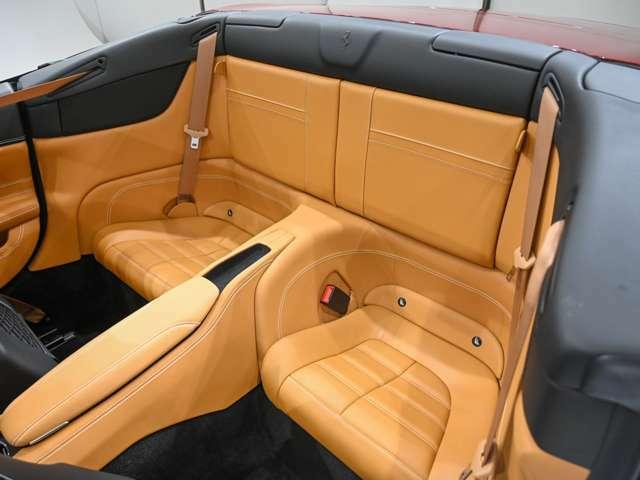 リヤシートはチャイルドシートの取付けのほか、お鞄やジャケットなどの置き場として重宝いたします。