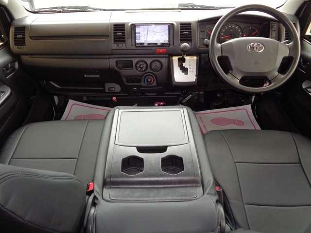 黒革調シートカバー・リアシートベルト!クリーニング済みの綺麗な運転席!気持ち良くお乗りいただけます!エアバック・ABS・左右パワーウインドウ・キーレス・助手席フルリクライニング!