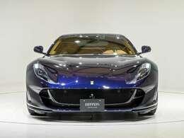 外装はBluAmerica(ブルー)で812のデザインに迫力を加えています。内装はCuoio(タン)を選択しております。ぜひ実車をご覧くださいませ。