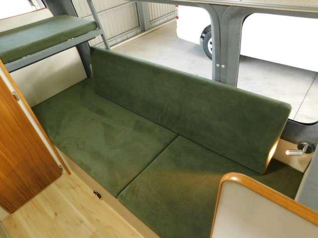 2段ベッド部分は横向きソファとして乗車定員3名分の座席となります。