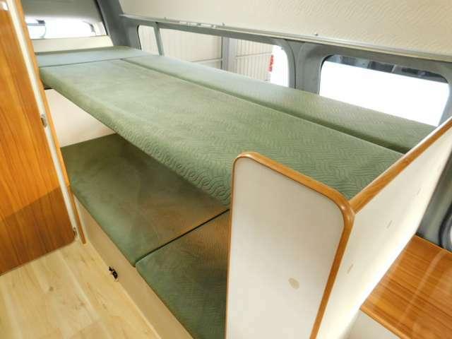 後部常設2段ベッド 上段サイズ190cm×64cm 下段サイズ190cm×70cm