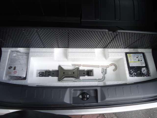 車載工具は付いていますが、スペアタイヤは無く、パンク修理キットが、付いていますがJAFの加入をお勧めします。