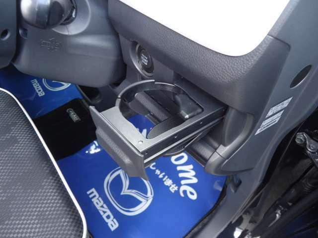 運転席、助手席に、カップホルダー。