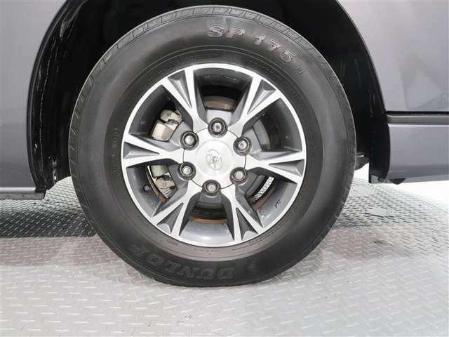 純正アルミホイールがとても似合っています。タイヤサイズは、195/80R15 107/105N LTです。