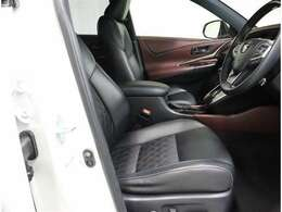 黒色を基調としたシート、部分合皮で高級感もあり汚れも目立ちません。運転席はパワーシートとなっております。