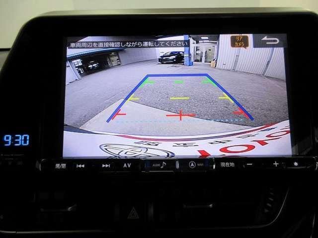 車庫入れや縦列駐車時の、後方視界をサポートするバックモニターを装備!距離の目安となるガイド線を表示します。