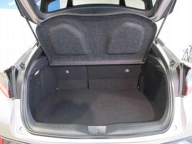 荷室を隠せるトノカバーを装備!!外から見えないため、車上荒らし予防に効果的です。