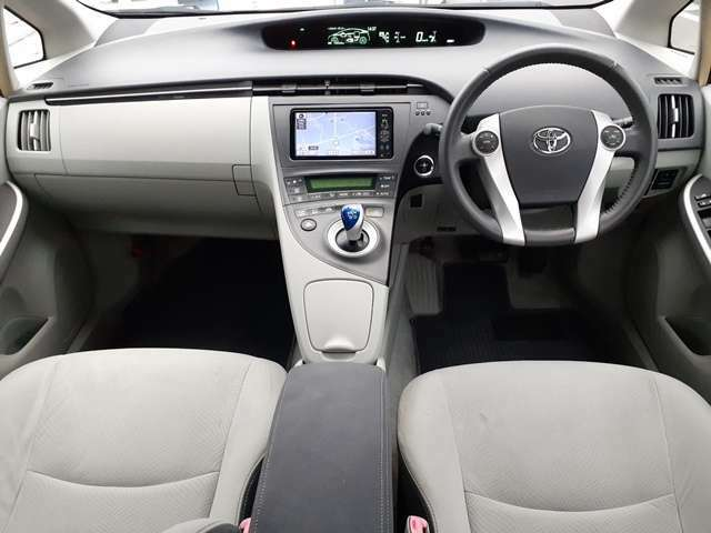 近未来的な内装フロントまわり♪車内はクリーニング済みで清潔感もあります♪キレイな車なので当店でもオススメの1台です♪当店はローン、クレジットの取り扱いもございますのでお気軽にご相談ください♪