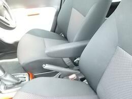 運転席シートにはアームレスト付いています。