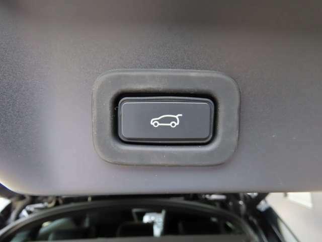 【ハンズフリーパワーテールゲート メーカーオプション参考価格15,000円】搭載。大きい荷物を持っているときや両手がふさがっている際にタイヤの後ろのセンサーでバックドアの開閉が可能です。